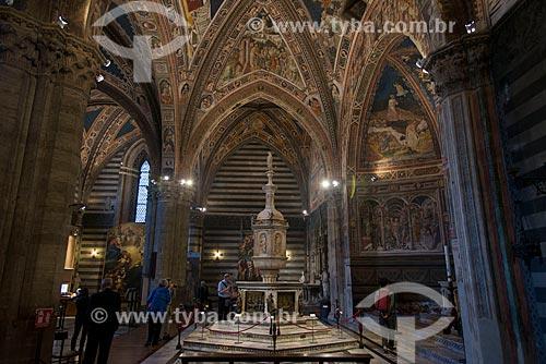 Pia batismal do Duomo di Siena (Catedral de Siena) - afrescos pintados por Lorenzo di Pietro e a fonte batismal com figuras feitas por Donatello, Lorenzo Ghiberti e Jacopo della Quercia  - Siena - Província de Siena - Itália