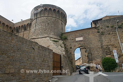 Porta a Selci (Portão Selci) - século XVI - entrada da cidade de Volterra - com a Fortezza Medicea (Fortaleza de Medici) - século XIV  - Volterra - Província de Pisa - Itália