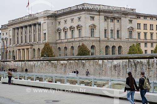 Parte do Muro de Berlim ainda de pé com a Câmara Abgeordnetenhaus ao fundo  - Berlim - Berlim - Alemanha