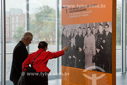 Pessoas em exposição no Topographie des Terrors (Topografia do Terror) - foto da fundação do terceiro Reich  - Berlim - Berlim - Alemanha