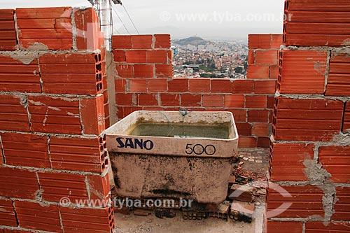 Detalhe de Caixa dágua sem tampa no Complexo do Alemão  - Rio de Janeiro - Rio de Janeiro (RJ) - Brasil