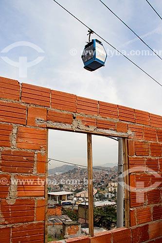 Vista de gôndola do Teleférico do Alemão - operado pela SuperVia - sobre casa do Complexo do Alemão  - Rio de Janeiro - Rio de Janeiro (RJ) - Brasil