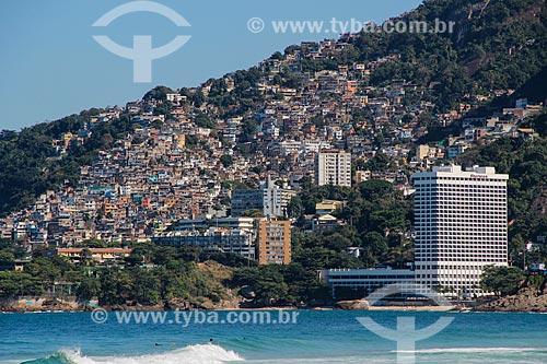 Vista da Favela do Vidigal a partir da Praia de Ipanema com o Sheraton Rio Hotel & Resort à direita  - Rio de Janeiro - Rio de Janeiro (RJ) - Brasil