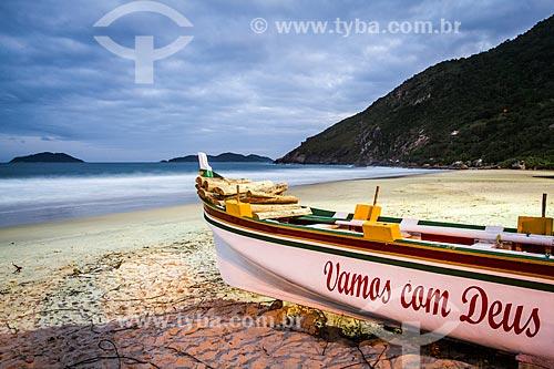 Barco atracado na Praia da Solidão  - Florianópolis - Santa Catarina (SC) - Brasil