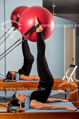 Aula de Pilates - alongamento com faixa elástica e  bola suíça  - Rio de Janeiro - Rio de Janeiro (RJ) - Brasil
