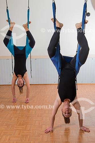 Aula de Pilates - alongamento com faixa elástica  - Rio de Janeiro - Rio de Janeiro (RJ) - Brasil
