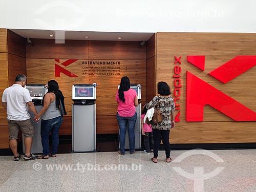 Pessoas utilizando terminais de autoatendimento na compra de ingressos para o cinema   - Rio de Janeiro - Rio de Janeiro (RJ) - Brasil