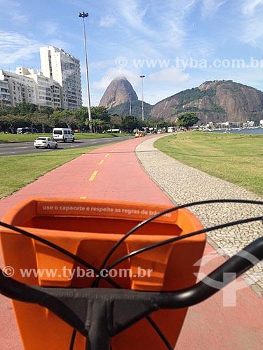 Ciclista na ciclovia do Aterro do Flamengo com o Pão de Açúcar ao fundo  - Rio de Janeiro - Rio de Janeiro (RJ) - Brasil