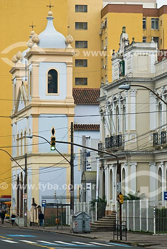 Igreja de Nossa Senhora da Conceição - à esquerda - com o Prédio do Hospital da Beneficência Portuguesa de Porto Alegre e do Museu da História da Medicina - à direita  - Porto Alegre - Rio Grande do Sul (RS) - Brasil