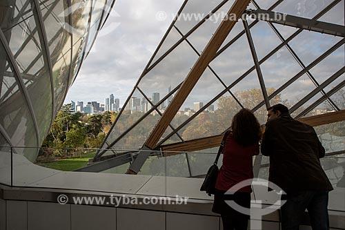 Casal observando a paisagem a partir da Fundação Louis Vuitton  - Paris - Paris - França