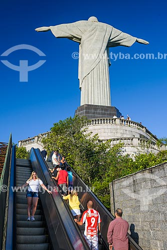 Turistas na escada rolante de acesso ao mirante do Cristo Redentor (1931)  - Rio de Janeiro - Rio de Janeiro (RJ) - Brasil