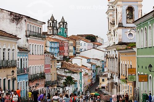 Vista de casarios no Pelourinho com a Igreja de Nossa Senhora do Rosário dos Pretos (século XVIII) - à direita - e a Igreja do Santíssimo Sacramento do Passo (1718) ao fundo  - Salvador - Bahia (BA) - Brasil