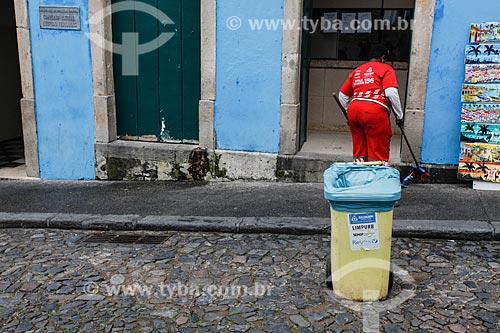 Gari limpando a calçada do Colégio Estadual Azevedo Fernandes no Pelorinho  - Salvador - Bahia (BA) - Brasil