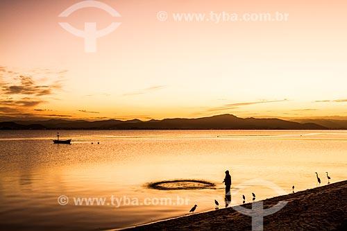 Pescador na Praia de Cacupé ao entardecer  - Florianópolis - Santa Catarina (SC) - Brasil
