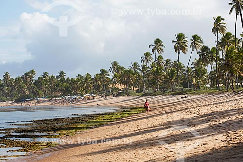 Banhista na orla da Praia das Piscinas Naturais  - Mata de São João - Bahia (BA) - Brasil