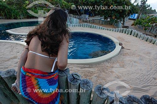 Turista observando o aquário do Projeto TAMAR  - Mata de São João - Bahia (BA) - Brasil