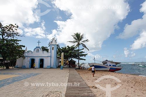 Igreja de São Francisco com a orla da Praia do Portinho  - Mata de São João - Bahia (BA) - Brasil
