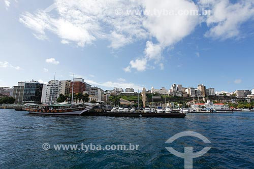 Lanchas atracadas no Terminal Turístico Náutico da Bahia com a cidade alta ao fundo  - Salvador - Bahia (BA) - Brasil