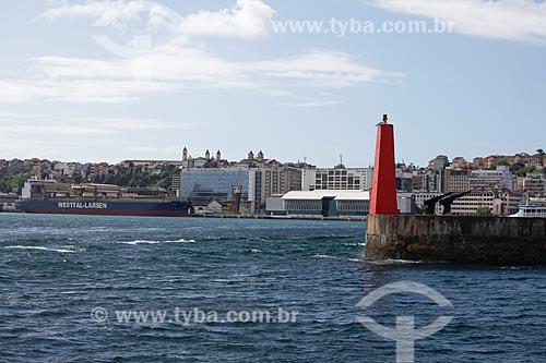 Vista de farol no quebra-mar com o Porto de Salvador (Companhia das Docas do Estado da Bahia - CODEBA) ao fundo a partir da Baía de Todos os Santos  - Salvador - Bahia (BA) - Brasil