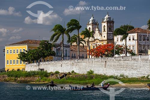 Penedo vista a partir do leito do rio São Francisco com a igreja de Nossa Senhora da Corrente ou Igreja dos Lemos (1790) em primeiro plano  - Penedo - Alagoas (AL) - Brasil