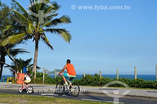 Pai e filha andando de bicicleta na ciclovia da Praia da Barra da Tijuca  - Rio de Janeiro - Rio de Janeiro (RJ) - Brasil