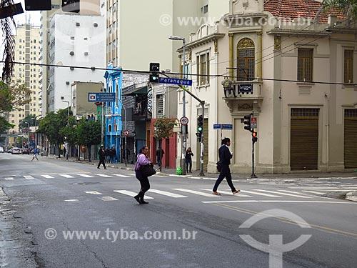 Pedestres atravessando a Rua Augusta  - São Paulo - São Paulo (SP) - Brasil