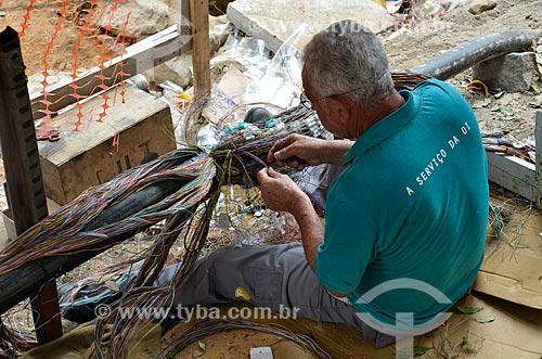 Funcionário da Oi - concessionária de serviços de telecomunicações - trabalhando no reparo de linhas na Avenida Rio Branco  - Rio de Janeiro - Rio de Janeiro (RJ) - Brasil