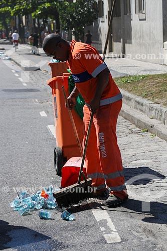 Gari recolhendo copos de água deixados após a Meia Maratona Internacional do Rio de Janeiro  - Rio de Janeiro - Rio de Janeiro (RJ) - Brasil
