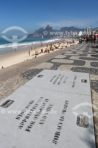 Intervenção urbana na Praia de Ipanema com os dizeres em inglês: Pare aqui... Aprecie a vida por um minuto e sorria pelo Oráculo project  - Rio de Janeiro - Rio de Janeiro (RJ) - Brasil