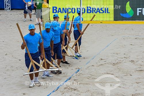 Voluntários trabalhando durante o Rio Open - etapa do Circuito Mundial - evento-teste para os Jogos Olímpicos - Rio 2016 - na Praia de Copacabana  - Rio de Janeiro - Rio de Janeiro (RJ) - Brasil