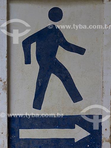 Detalhe de placa indicando a passagem de pedestres  - Rio de Janeiro - Rio de Janeiro (RJ) - Brasil