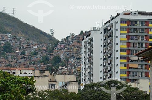 Vista de prédios e favela a partir do Viaduto Engenheiro Freyssinet (1974) - também conhecido como Viaduto da Paulo de Frontin  - Rio de Janeiro - Rio de Janeiro (RJ) - Brasil