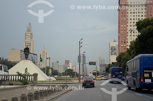Tráfego na Avenida Presidente Vargas com o Monumento à Zumbi dos Palmares (1986) e a torre do relógio da Central do Brasil à esquerda  - Rio de Janeiro - Rio de Janeiro (RJ) - Brasil