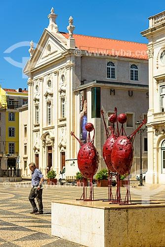 Esculturas na Praça do Município com a antiga Igreja de São Julião - hoje abriga o Museu do Dinheiro do Banco de Portugal - ao fundo  - Lisboa - Distrito de Lisboa - Portugal