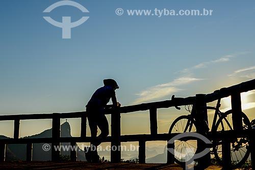 Ciclista na Vista Chinesa no Parque Nacional da Tijuca com o Cristo Redentor ao fundo  - Rio de Janeiro - Rio de Janeiro (RJ) - Brasil