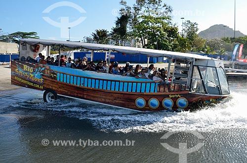 Detalhe do ônibus anfíbio da Rio Splash Tours - sistema de passeio turístico - entrando na Baía de Guanabara  - Rio de Janeiro - Rio de Janeiro (RJ) - Brasil