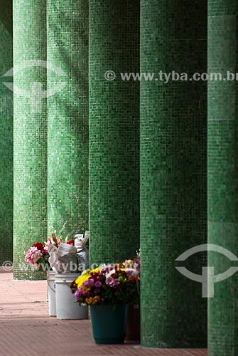 Baldes com flores próximos às colunas do Edifício Esplanada (1952)  - Porto Alegre - Rio Grande do Sul (RS) - Brasil
