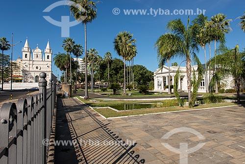 Igreja de São Benedito (1886) - à esquerda - com o Palácio Karnak (1933) - sede do Governo do Estado - à direita  - Teresina - Piauí (PI) - Brasil