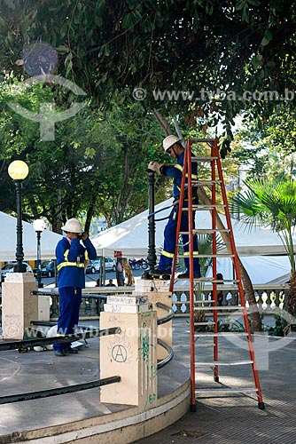 Funcionários da Prefeitura trocando lâmpada da Praça Dom Pedro II  - Teresina - Piauí (PI) - Brasil