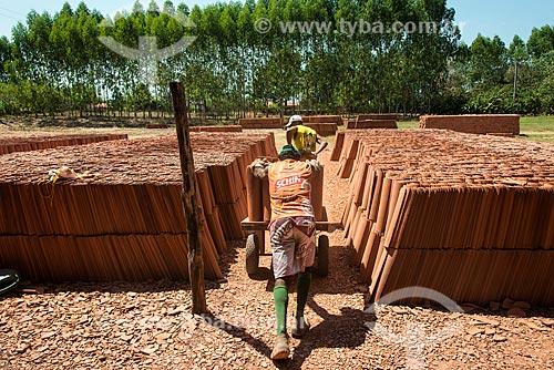 Trabalhadores carregando telhas para o pátio de olaria  - Nazária - Piauí (PI) - Brasil