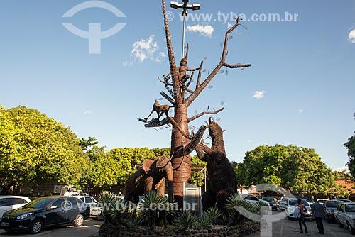 Escultura Árvore da Megafauna no pátio da Central de Artesanato Mestre Dezinho  - Teresina - Piauí (PI) - Brasil