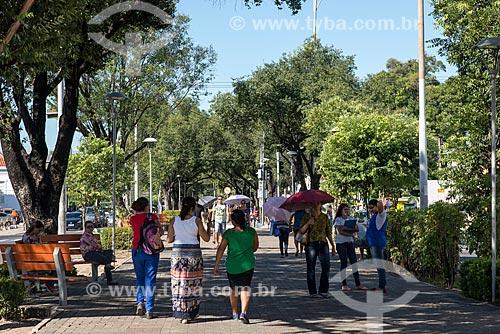 Pessoas caminhando na calçada da Avenida Frei Serafim  - Teresina - Piauí (PI) - Brasil