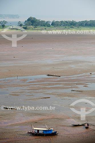 Barco encalhado no Lago do Aleixo - afluente do Rio Amazonas - durante o período de seca  - Manaus - Amazonas (AM) - Brasil