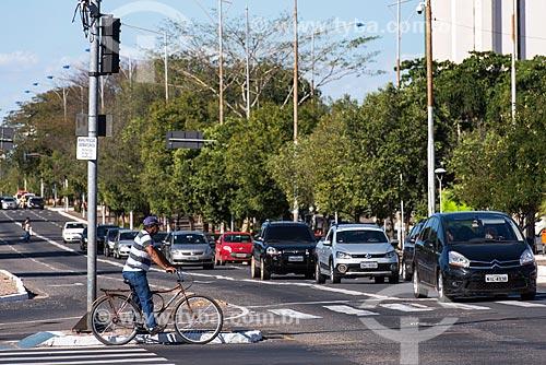 Ciclista aguardando para atravessar na Avenida Frei Serafim  - Teresina - Piauí (PI) - Brasil