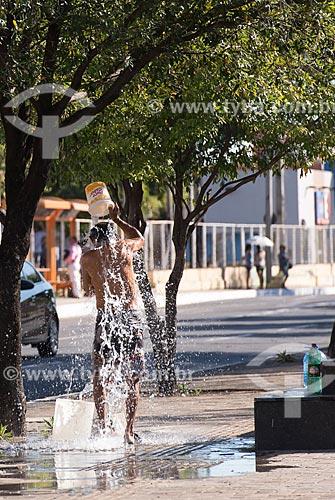 Morador de rua tomando banho na calçada da Avenida Frei Serafim  - Teresina - Piauí (PI) - Brasil
