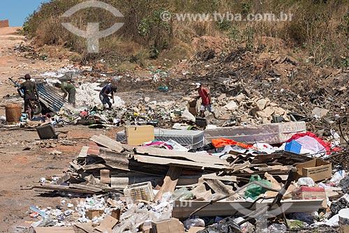 Catadores em lixão irregular no bairro Catarina  - Teresina - Piauí (PI) - Brasil