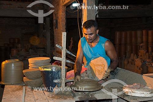 Artesão moldando filtro de barro no Polo Cerâmico do Poti Velho  - Teresina - Piauí (PI) - Brasil