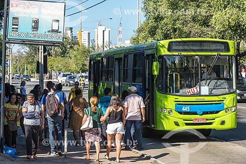 Passageiros embarcando em ônibus na Avenida Frei Serafim  - Teresina - Piauí (PI) - Brasil