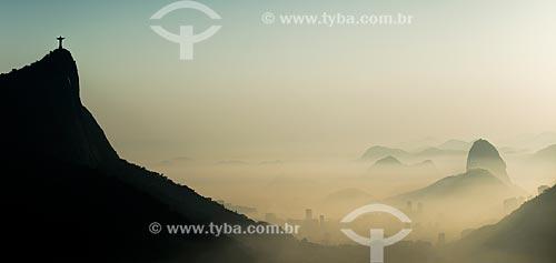 Vista do amanhecer no Cristo Redentor e no Pão de Açúcar a partir do mirante da Vista Chinesa  - Rio de Janeiro - Rio de Janeiro (RJ) - Brasil