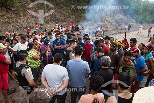 Índios da tribo Krenak fecharam ferrovia da Companhia Vale do Rio Doce em protesto pela poluição da Rio Doce após o rompimento de barragem de rejeitos de mineração da empresa Samarco em Mariana (MG)  - Resplendor - Minas Gerais (MG) - Brasil